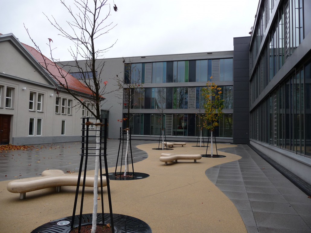 Friedrich-Schiller-Gymnasium Ludwigsburg Schulhof mit Escofet Sitzelement Boomerang