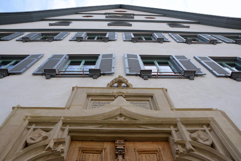 Ansicht Westfassade des Rathaus Bad Cannstatt mit historischem Sandsteinportal