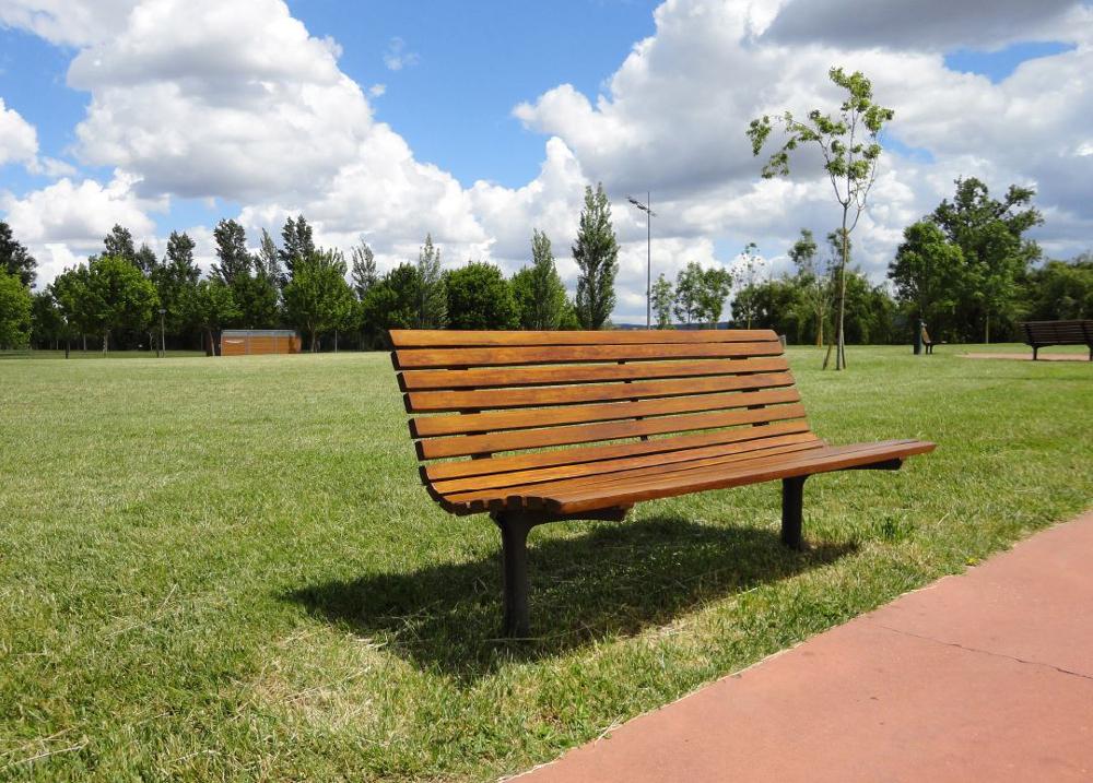 Sitzbank linea axis aus Holz von Larus in Deutschland erhältlich bei Trieschmann GmbH Rutesheim