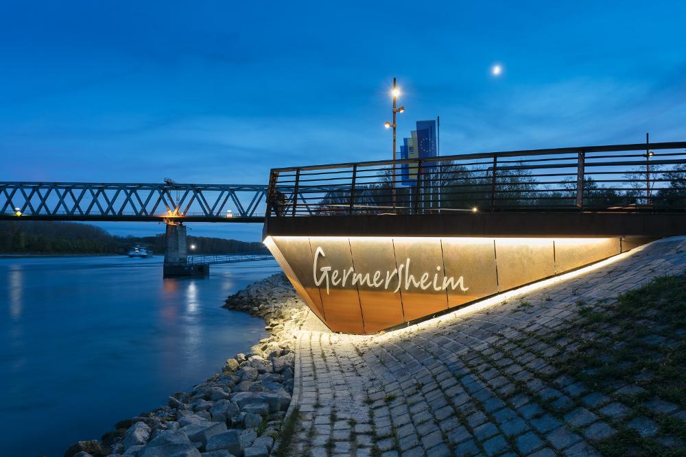 Uferpromenade Rheinwiesen in Germersheim beleuchtet mit Viabizzuno Mastleuchten Cubo Palo aus Cor-Ten Stahl