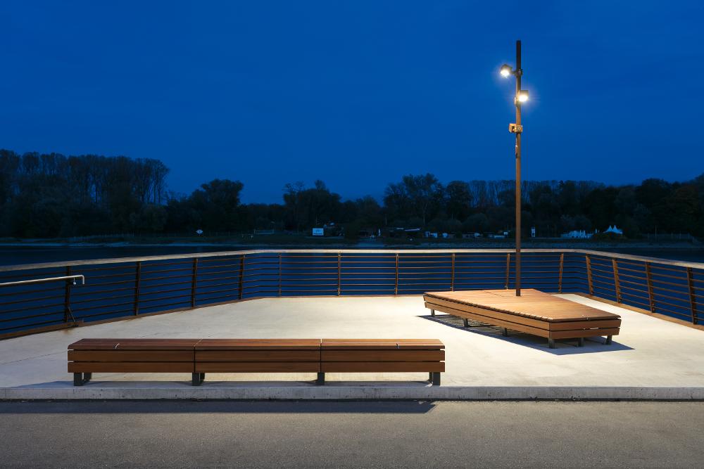 Uferpromenade in Germersheim beleuchtet mit Viabizzuno Mastleuchten Cubo Palo aus Cor-Ten Stahl