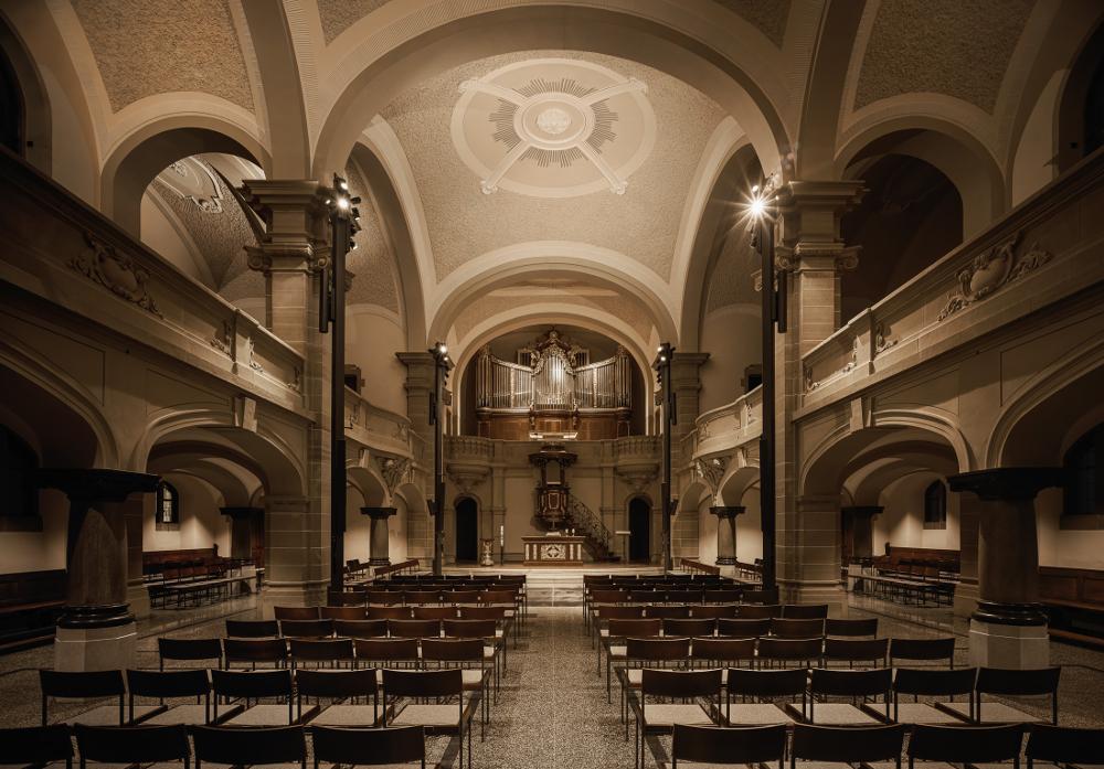 Evangelische Kirche Hockenheim Innenansicht mit eingeschalteter Beleuchtung