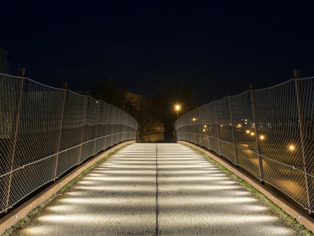 Fußgängerbrücke B36 Dahner Straße Lichtwirkung bei Nacht