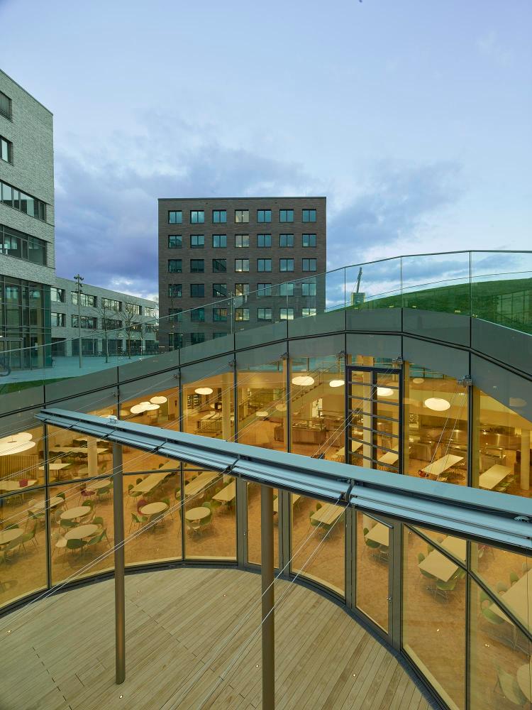 Außenansicht mit Blick nach Innen Mensa Bildungscampus Heilbronn