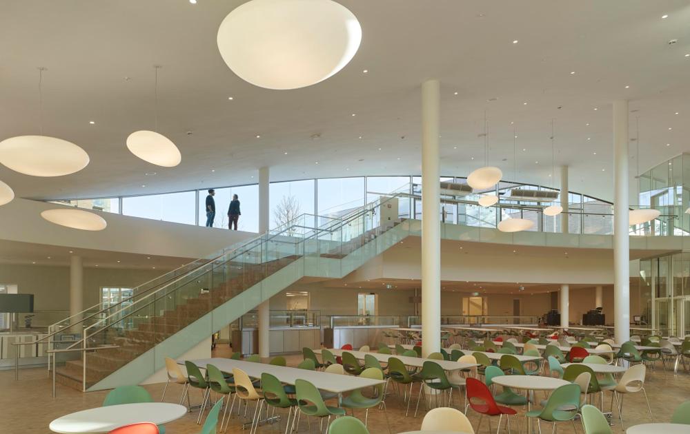 Mensa Bildungscampus Heilbronn mit Sonderbeleuchtung geliefert von Trieschmann GmbH